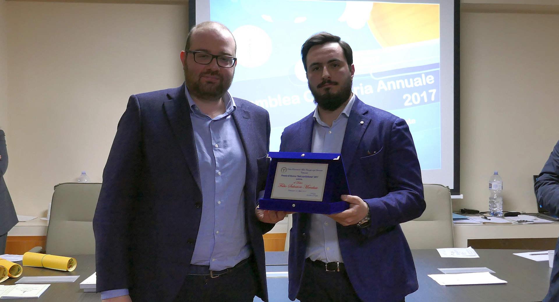 Fabio Macaluso (a sinistra) riceve il premio di ricerca