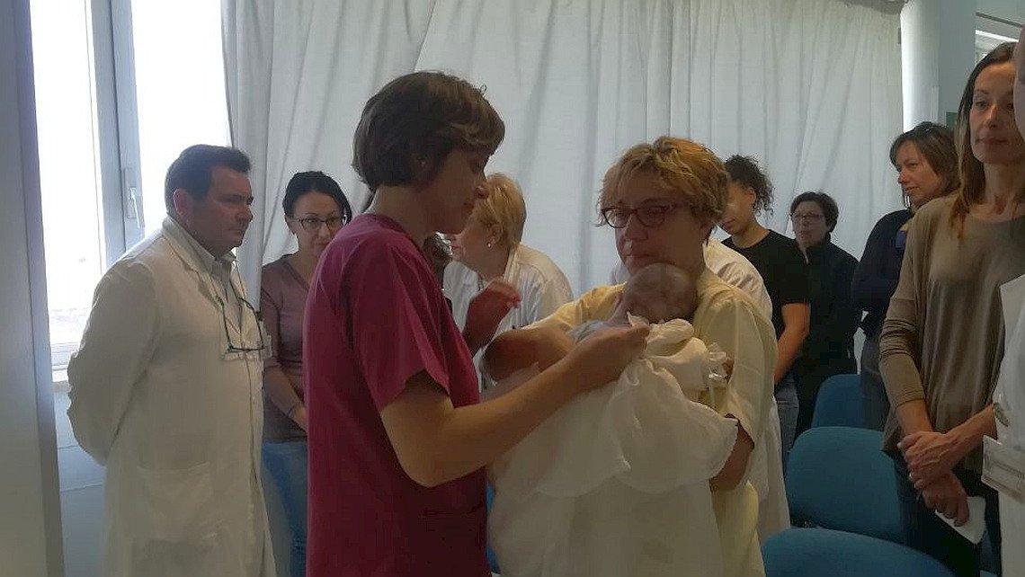 Ospedale di Trapani. Battesimo bimba adottata da infermieri e medici.2