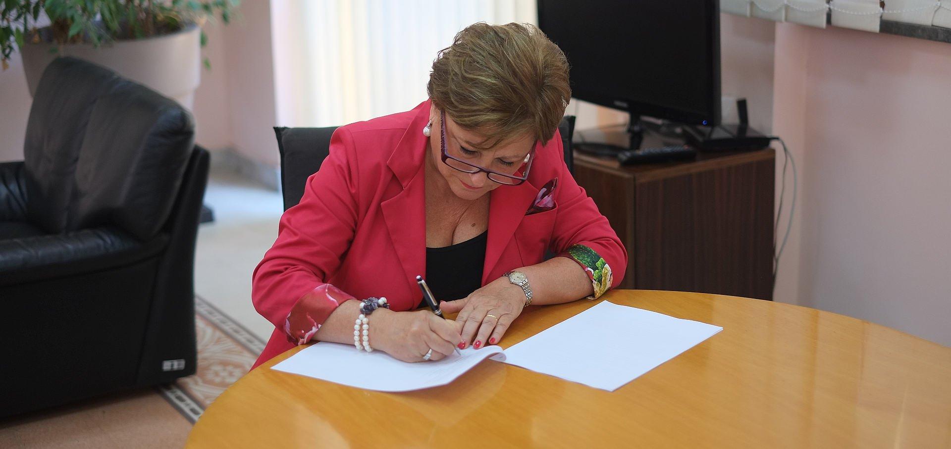 Nora Virga firma il contratto
