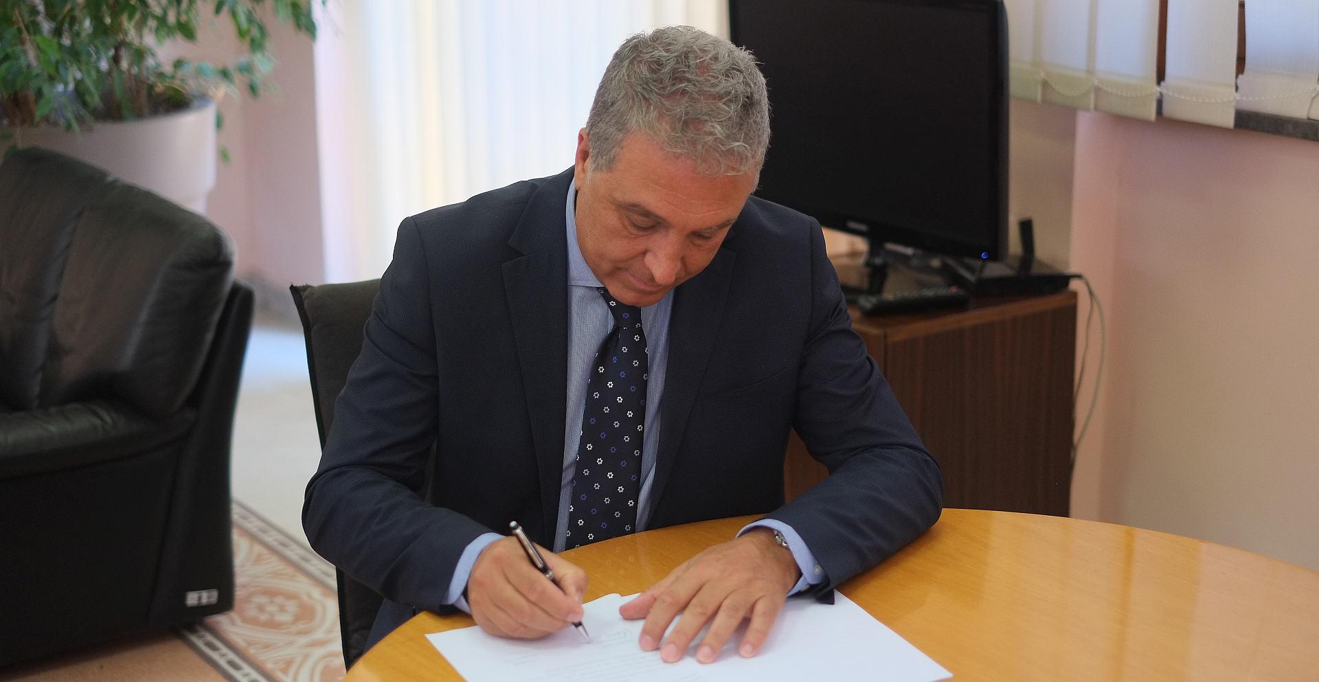 La firma del contratto da parte di Pietro Greco