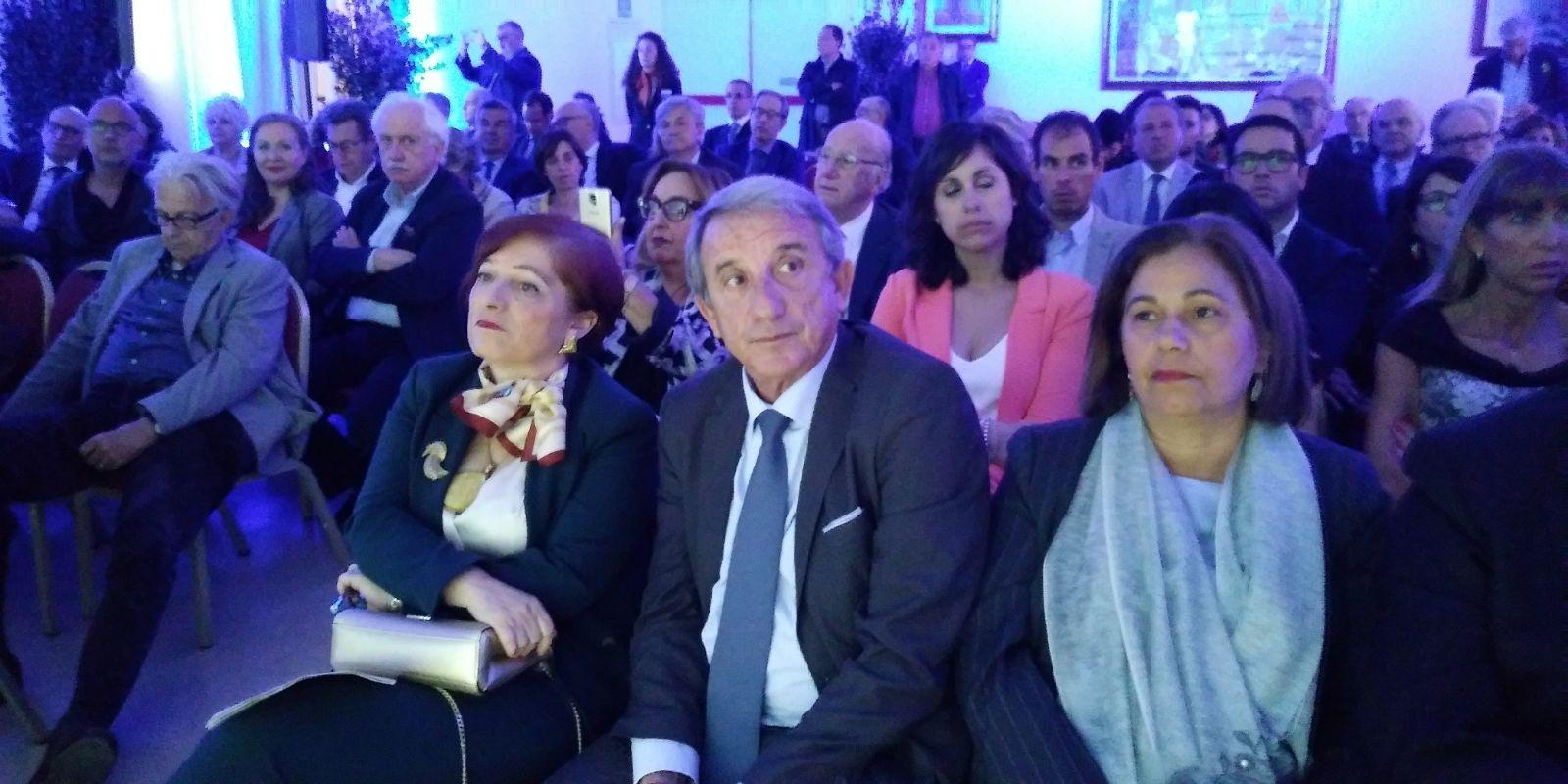 prima fila: Il prefetto, De Nicola, e Di Liberti