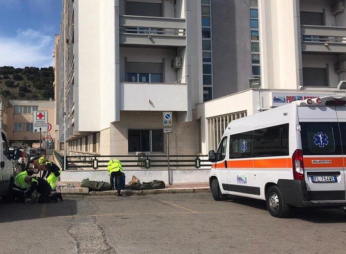 Ospedale Cervello, operatori rimontano la tenda